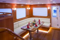 Bering-Yacht-B65-Comedor