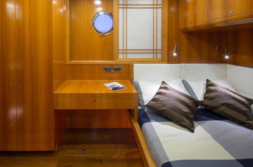 Bering-Yachts-B65-Camarote-2